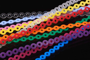 Les chaines ou chainettes élsatiques utilisées en orthodontie permettent de rapprocher les dents et fermer des espaces.