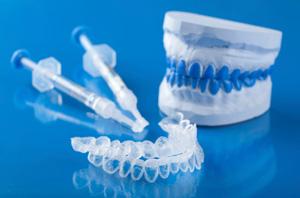 Coquilles de blanchiment dentaire fabriquées par un dentiste.