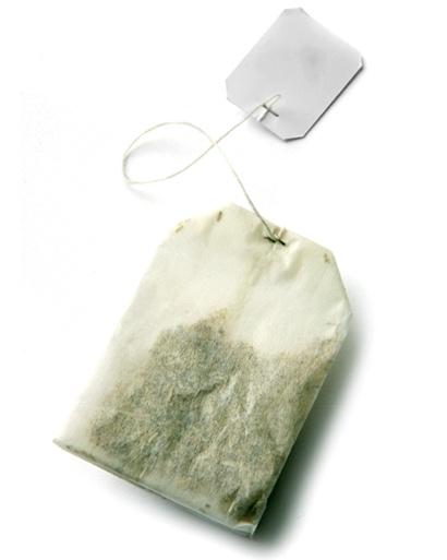 Mordre sur un sac de thé peu aider à diminuer le saignement aprè sune extraction dentaire.