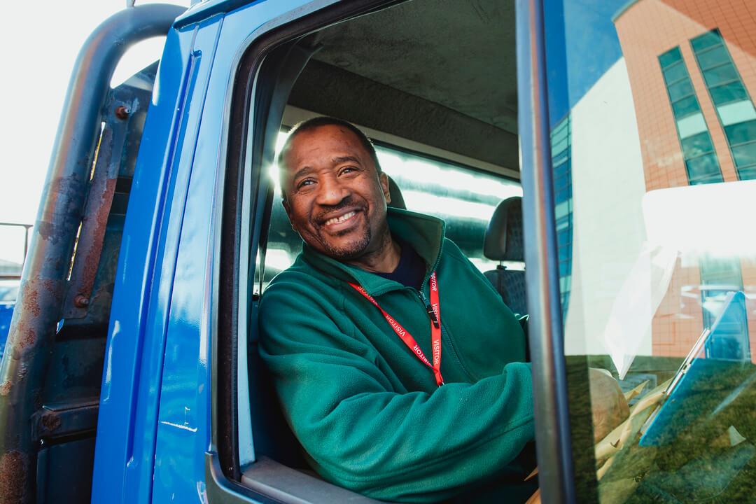 homme conduisant un camion