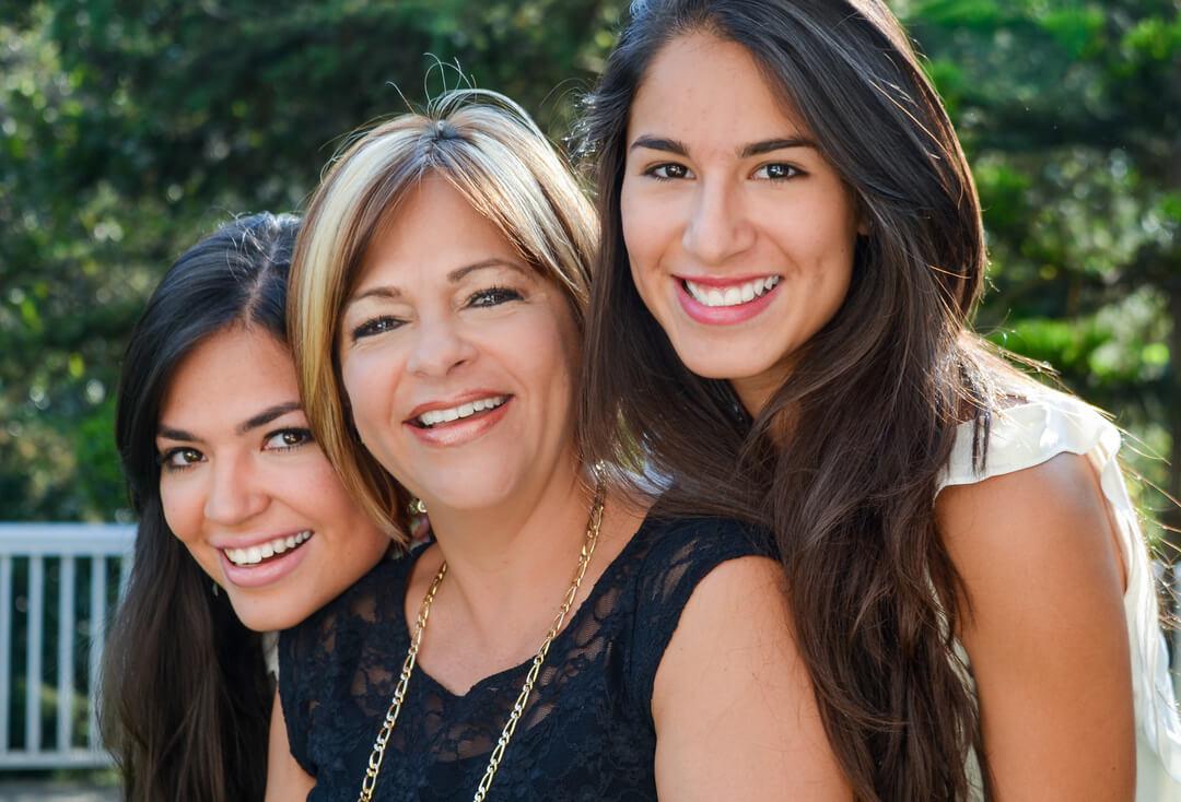 trois femme souriantes